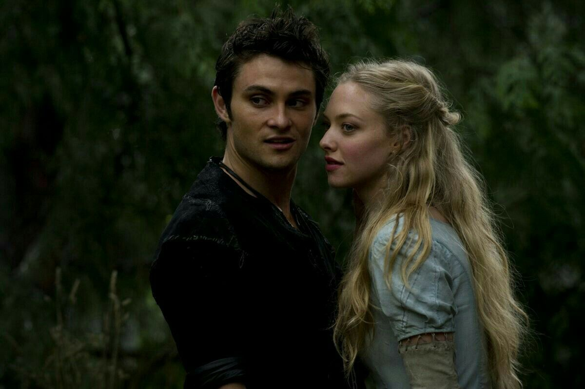Valerie (Amanda Seyfried) and her love Peter the woodsman (Shiloh Fernandez) in Red Riding Hood (2011)