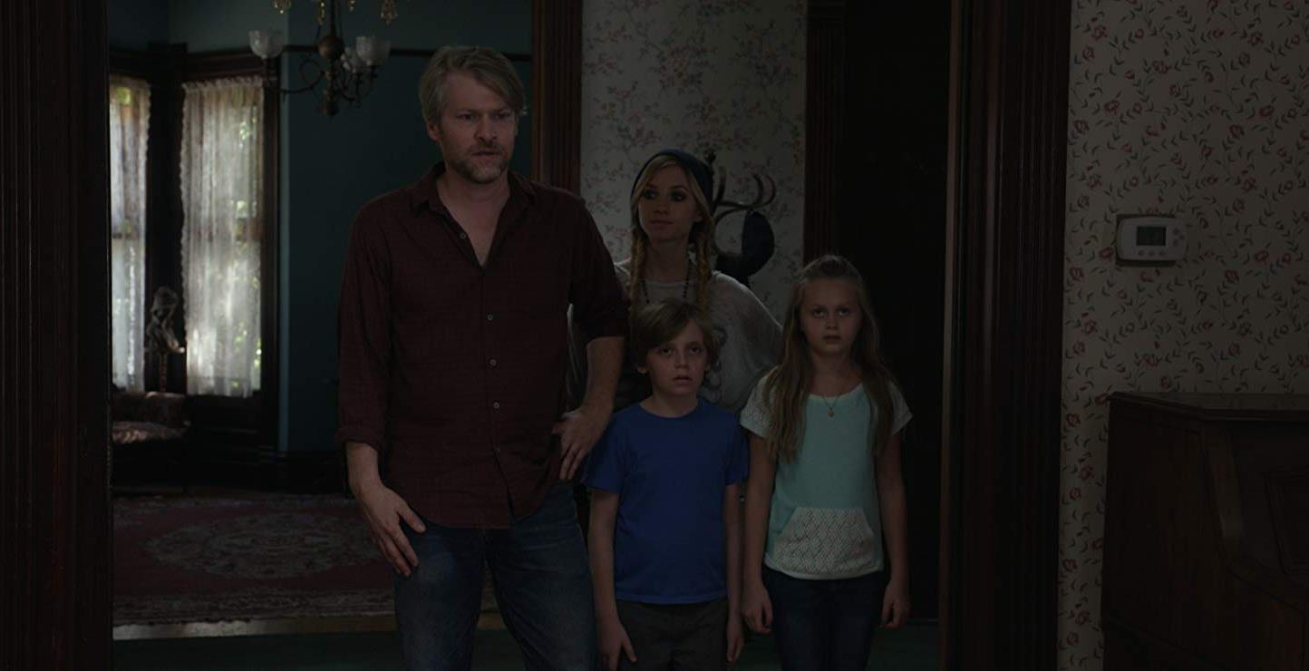 Widower Todd Lowe moves into a new house with his children Brooke Butler, Dash Williams and Hannah Nordberg in The Remains (2016)