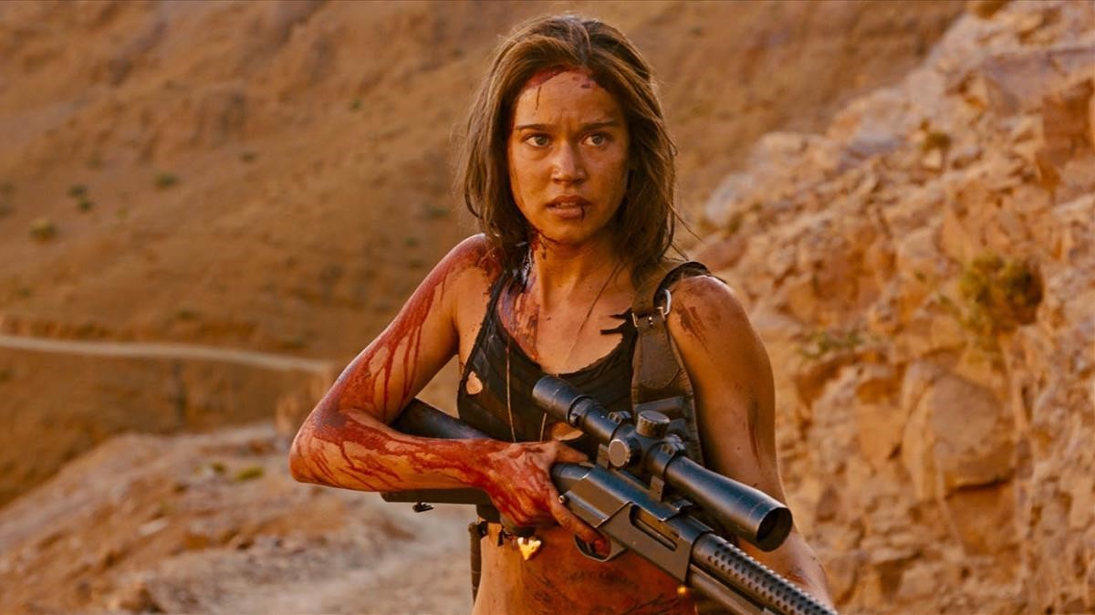 Jennifer (Matilda Lutz) takes revenge on men in Revenge (2017)