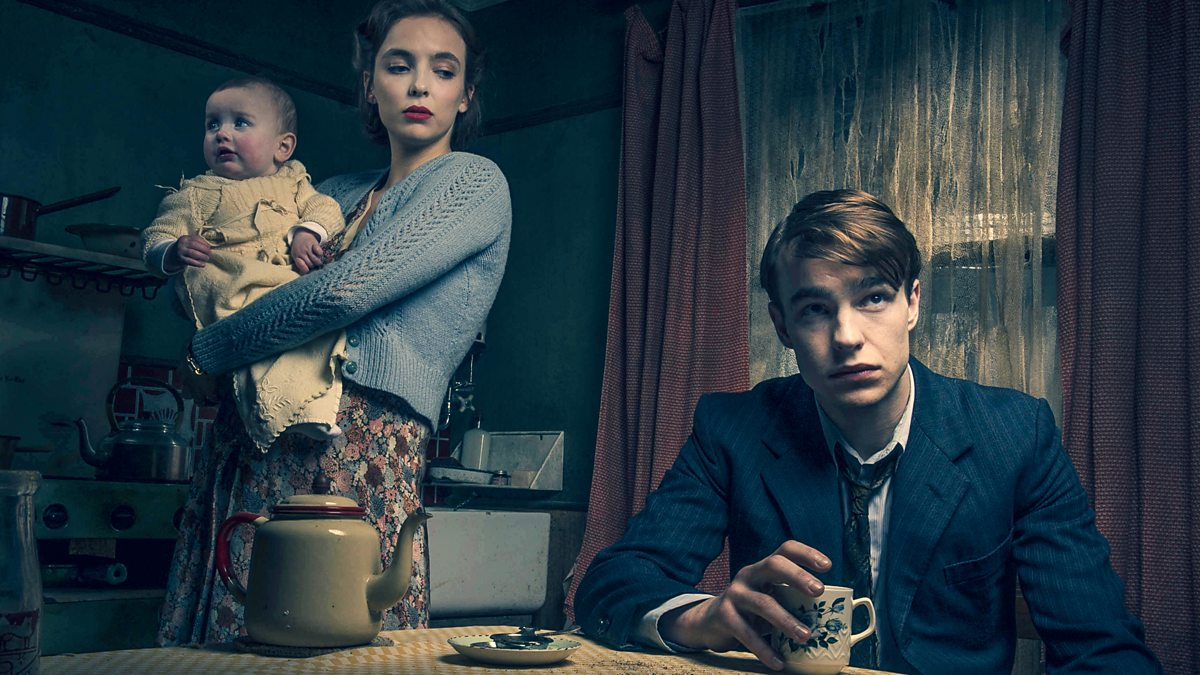 Timothy Evans (Nico Mirallegro), his wife Beryl (Jodie Comer) and infant Geraldine in Rillington Place (2016)