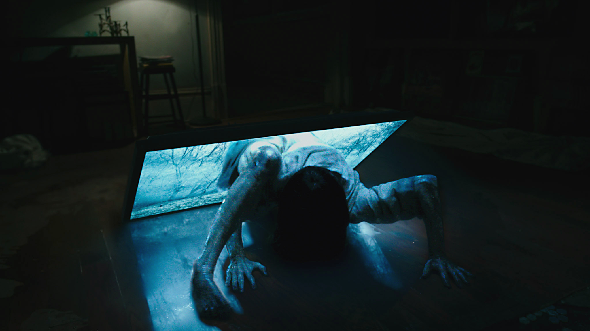 Samara (Bonnie Morgan) emerges from a flatscreen tv in Rings (2017)