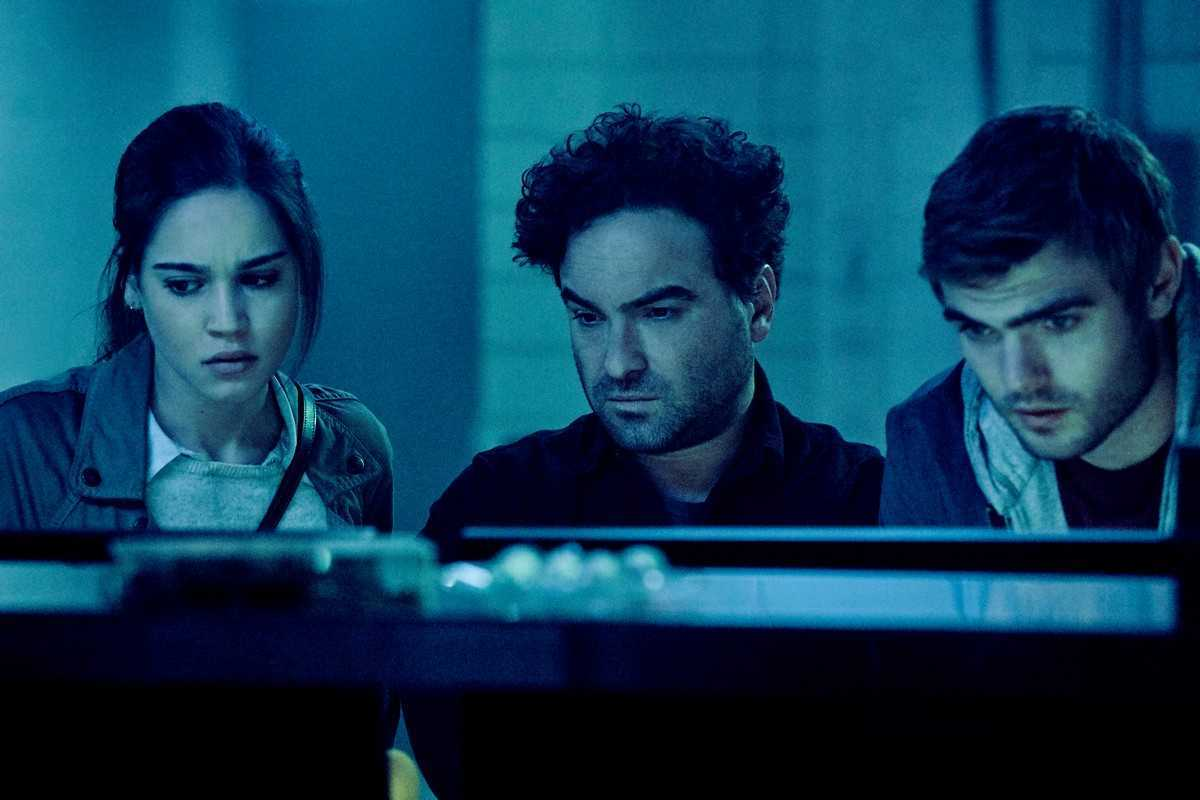 A scientific attempt to examine the videotape - Matilda Lutz, Johnny Galecki, Alex Roe in Rings (2017)