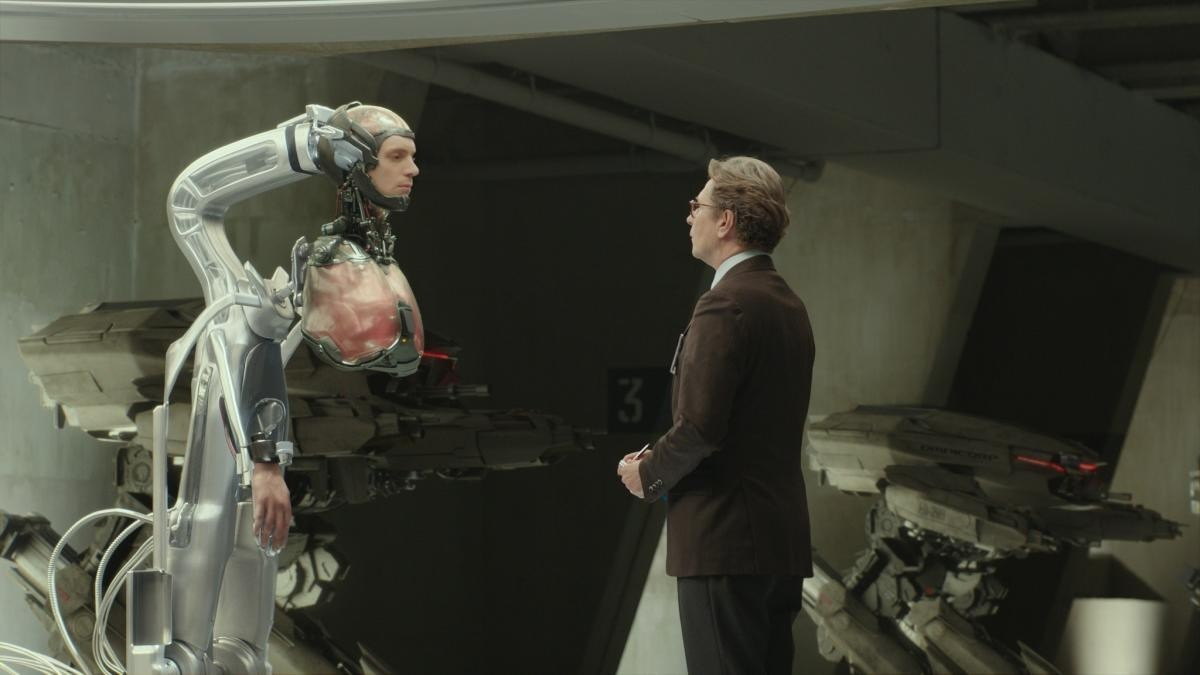 Head on a stick - Joel Kinnaman and Dr Dennett Norton (Gary Oldman) in Robocop (2014)