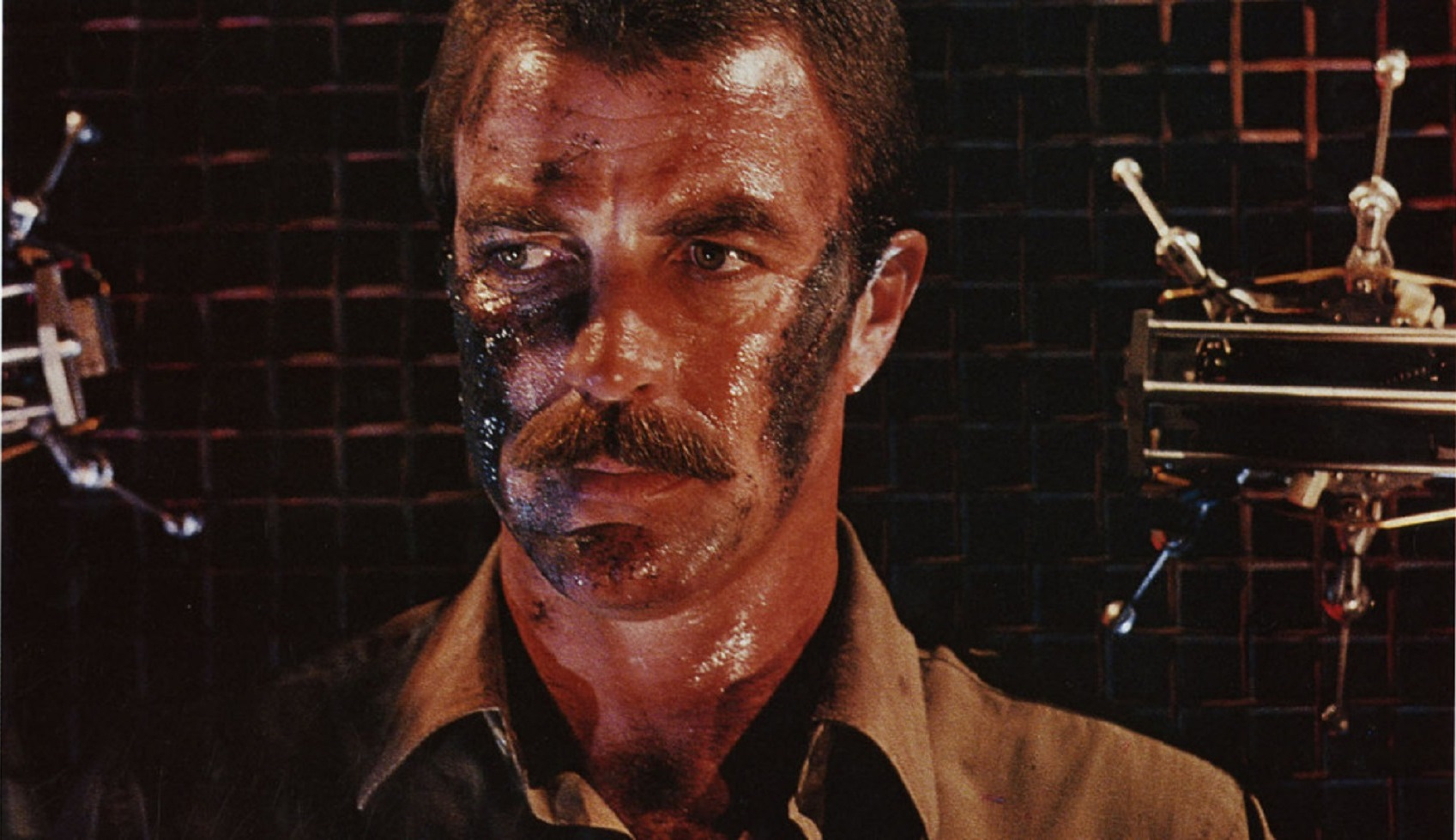 Tom Selleck surrounded by killer robots in Runaway (1984)