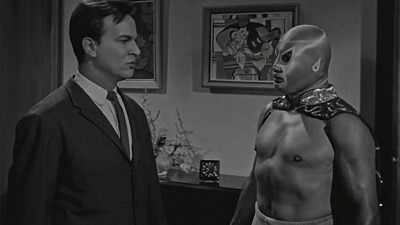 Santo meets wax museum curator Dr Karol (Claudio Brook) in Santo in the Wax Museum (1963)