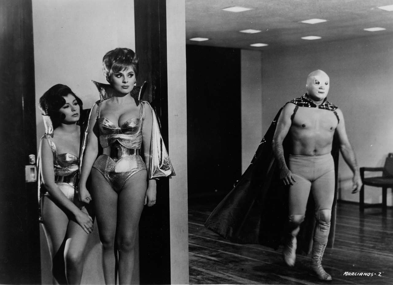Santo and two of the Martian women in Santo vs the Martians (1967)