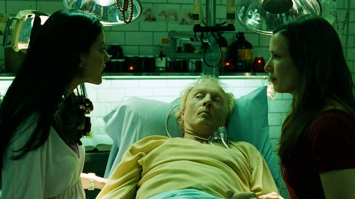 (l to r) Abducted surgeon Bahar Soomekh forced to operate on the dying Jigsaw (Tobin Bell) by his assistant Shawnee Smith in Saw III (2006)