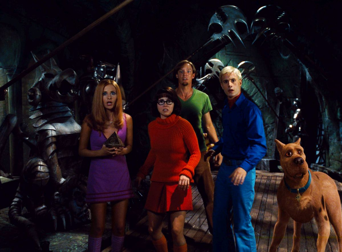 Mystery Inc - (l to r) Daphne (Sarah Michelle Gellar), Velma (Linda Cardellini), Shaggy (Matthew Lillard), Fred (Freddie Prinze Jr) and Scooby-Doo in Scooby-Doo (2002)