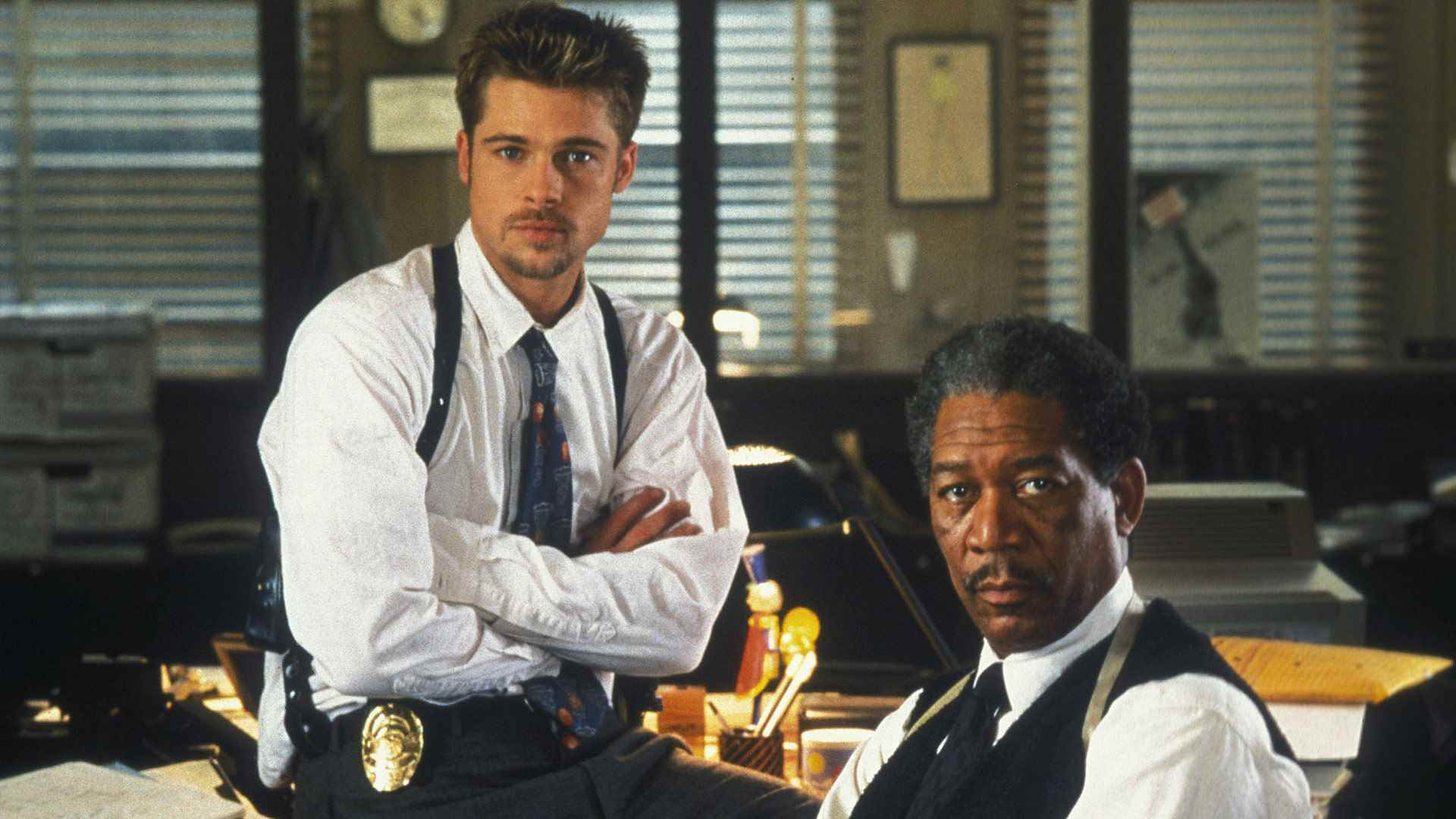 (l to r) Detectives David Mills (Brad Pitt) and William Somerset (Morgan Freeman) in Se7en (1995)