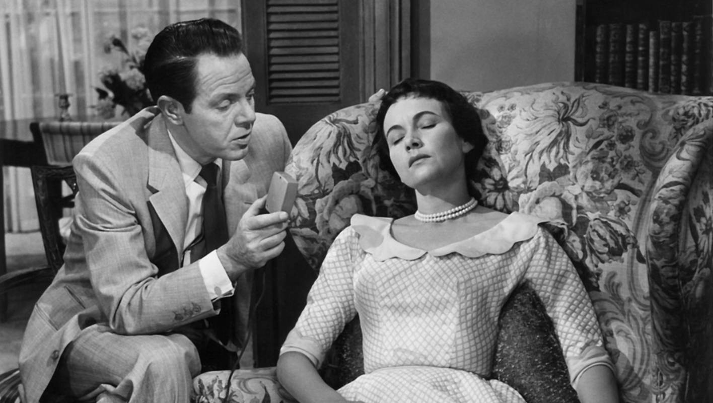 Morey Bernstein (Louis Heyward) places Ruth Simmons (Teresa Wright) under hypnosis in The Search for Bridey Murphy (1956)
