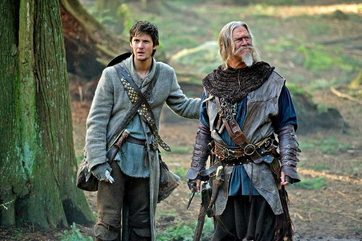 (l to r) Apprentice Tom Ward (Ben Barnes) and master John Gregory (Jeff Bridges) in Seventh Son (2014)