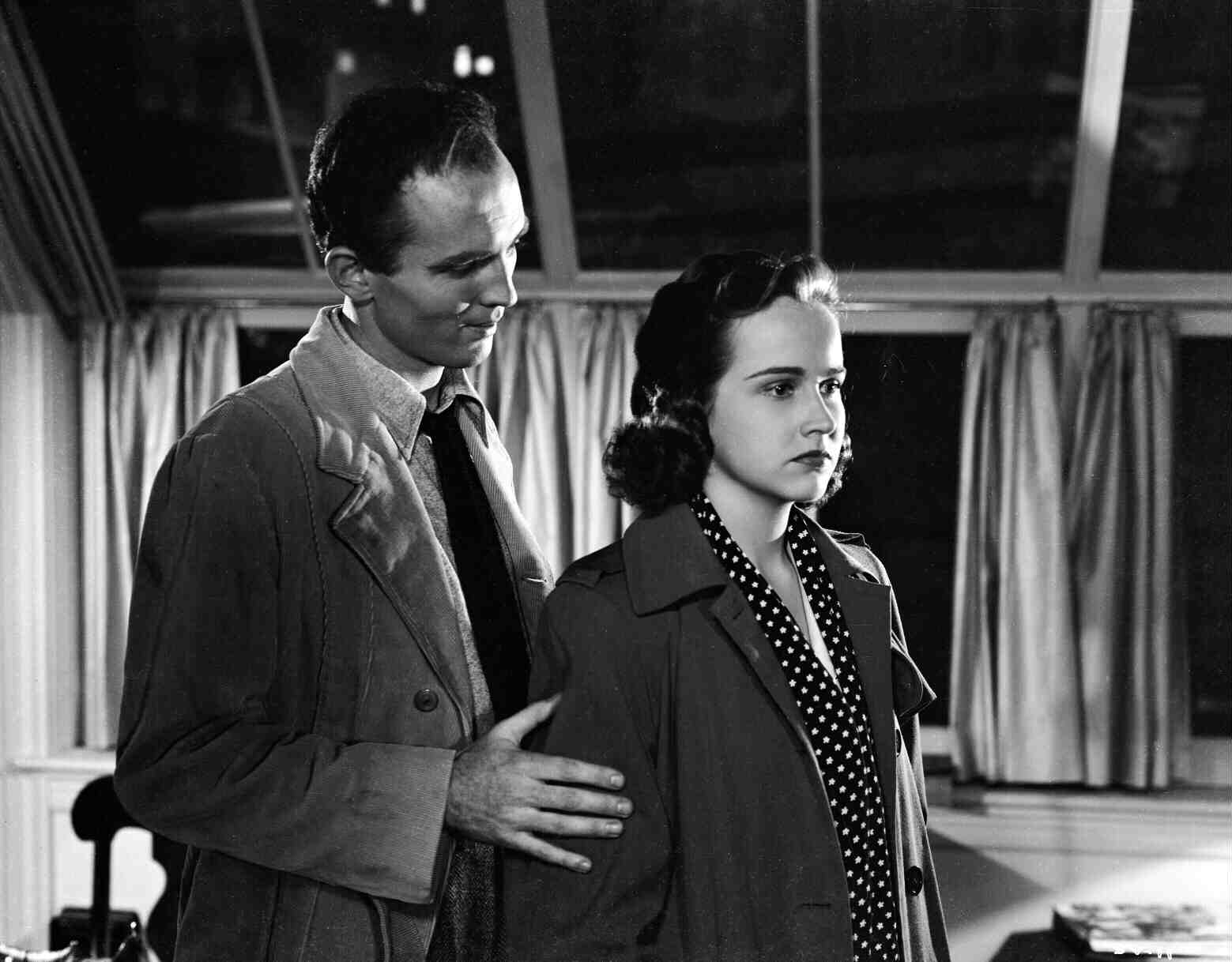 Hugh Beaumont comforts Kim Hunter as she searches for her sister in The Seventh Victim (1943)