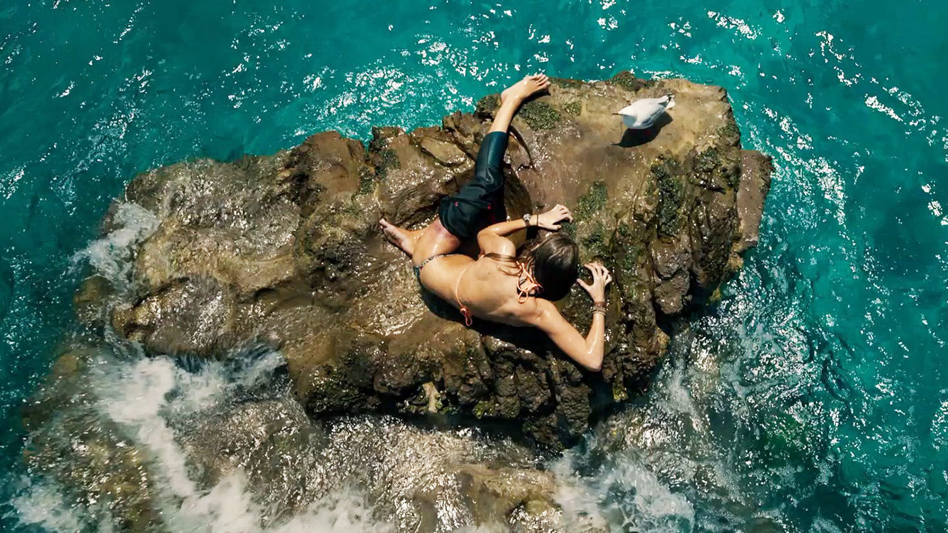 Blake Lively trapped on a tiny rock outcrop in The Shallows (2016)