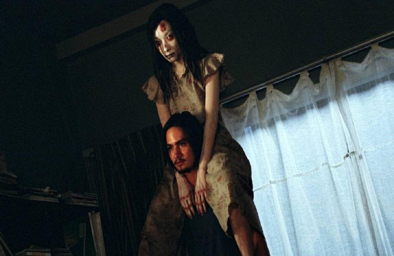 Tun (Ananda Everingham) and ghost girl Natre (Achita Sikamana) in Shutter (2004)