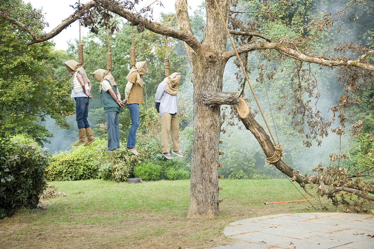 Bodies hanging from a tree in Sinister (2012)