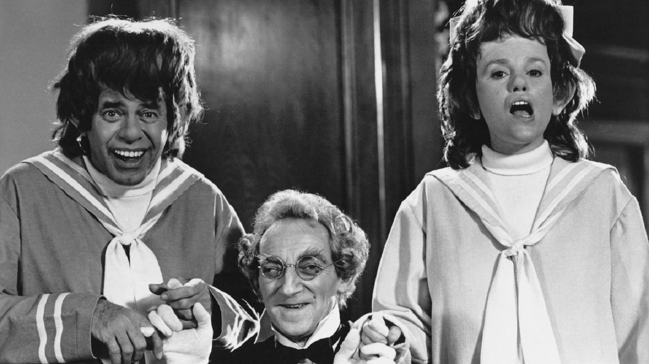 Twins Wilbur (Jerry Lewis) (l) and Eliza Swain (Madeline Kahn) (r), imbeciles that are secretly alien geniuses, along with servant Marty Feldman (c) in Slapstick of Another Kind (1982)