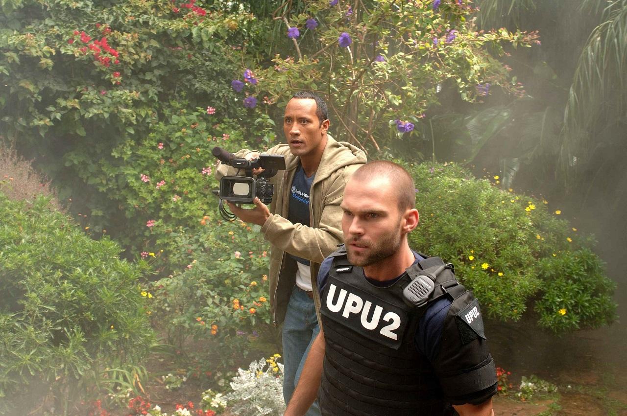 Boxer Santaros (Dwayne Johnson) and racist cop Ronald Taverner (Seann William Scott) in Southland Tales (2006)