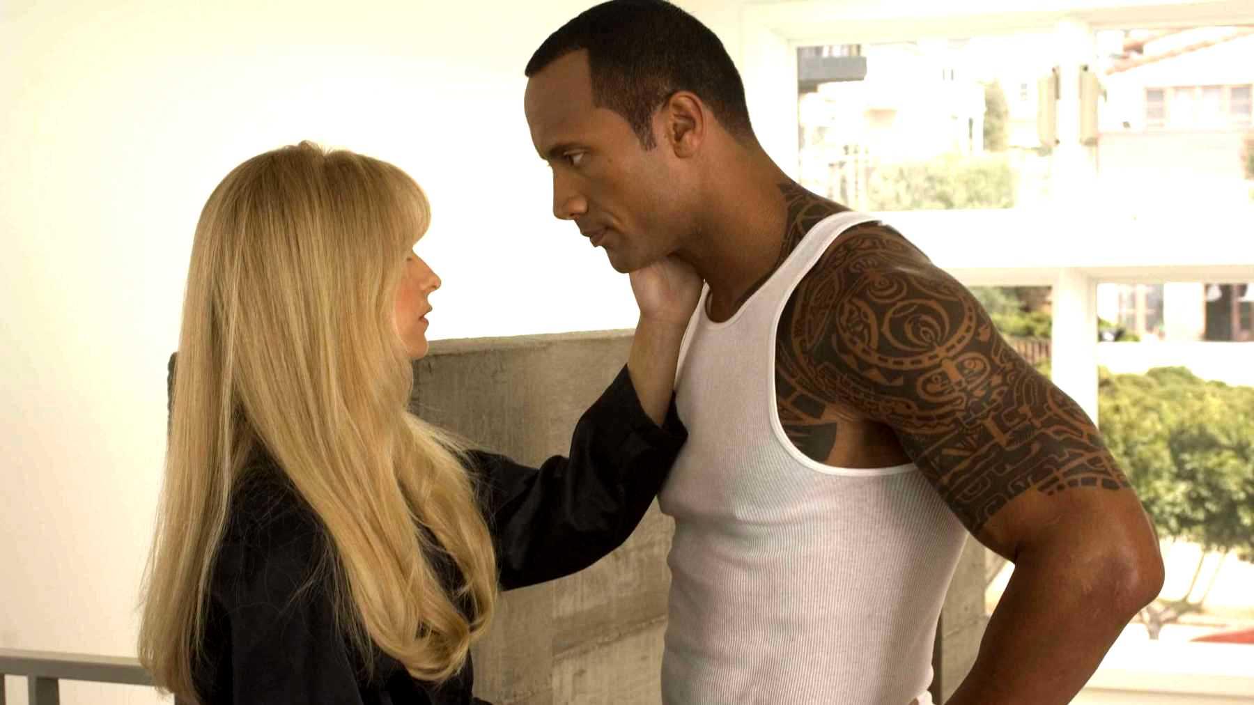 Boxer Santaros (Dwayne Johnson) and Krysta Now (Sarah Michelle Gellar) in Southland Tales (2006)