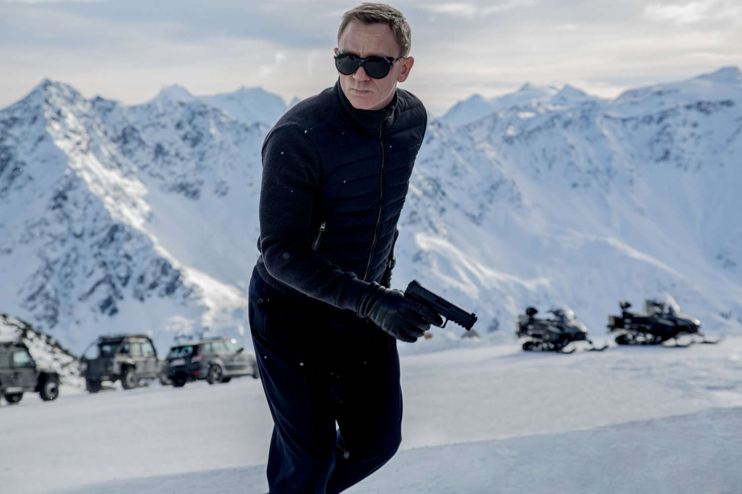 Daniel Craig as James Bond in action in the Austrian Alps in Spectre (2015)