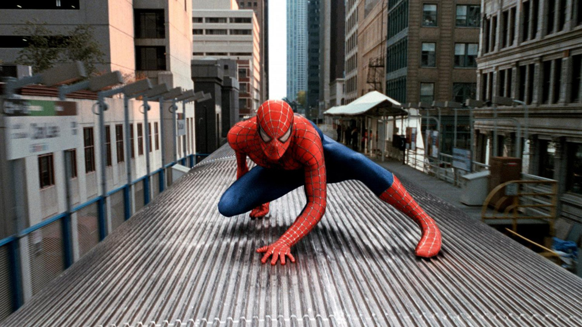 Tobey Maguire in action in a train in Spider-Man 2 (2004)