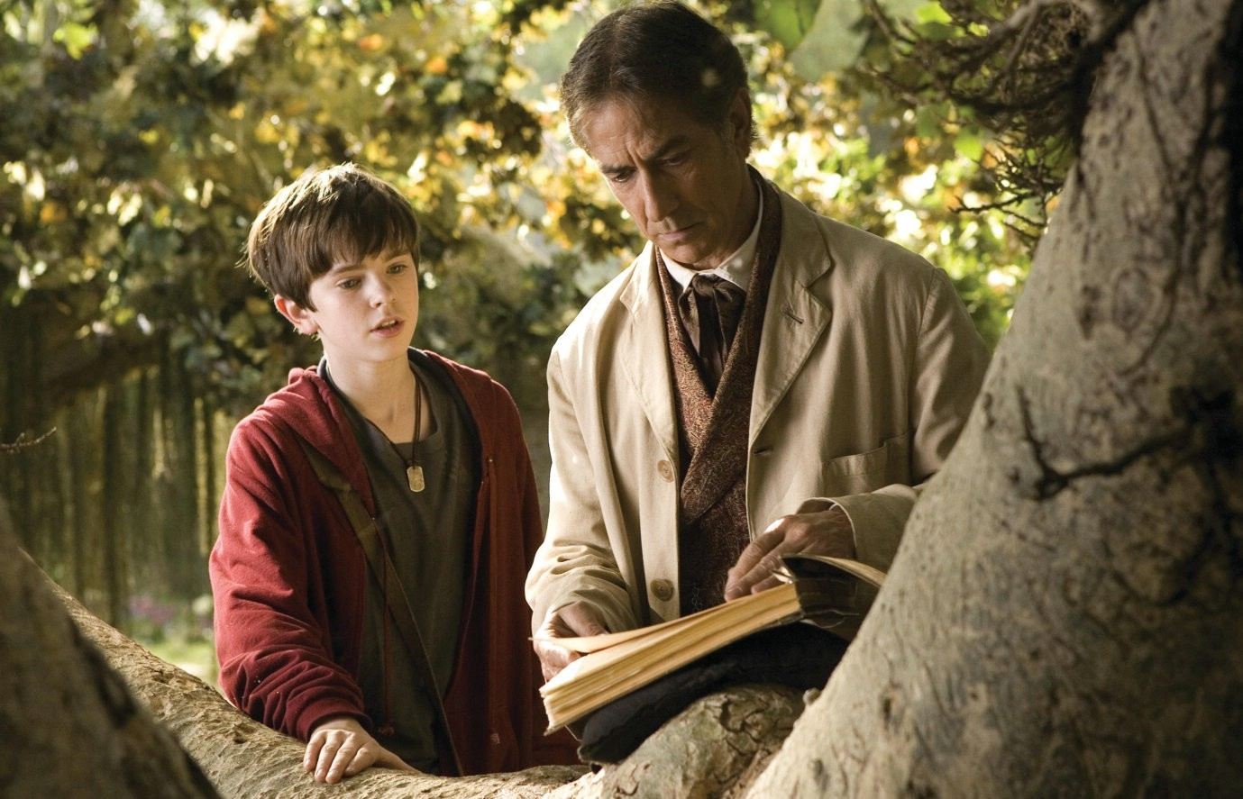Freddie Highmore and his uncle Arthur Spiderwick (David Strathairn) in The Spiderwick Chronicles (2008)