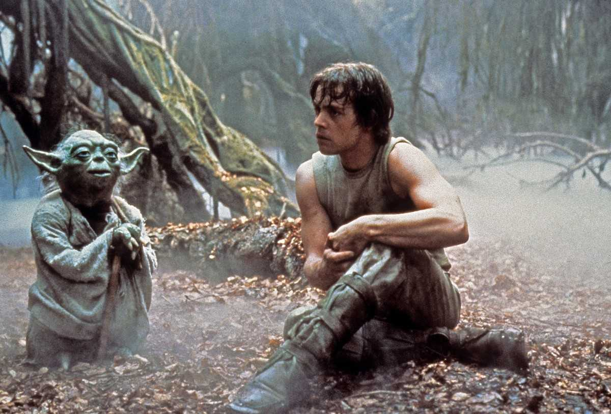 Luke Skywalker (Mark Hamill) in training with the Jedi master Yoda (Frank Oz) on the planet Dagobah in Star wars Episode V: The Empire Strikes Back (1980)