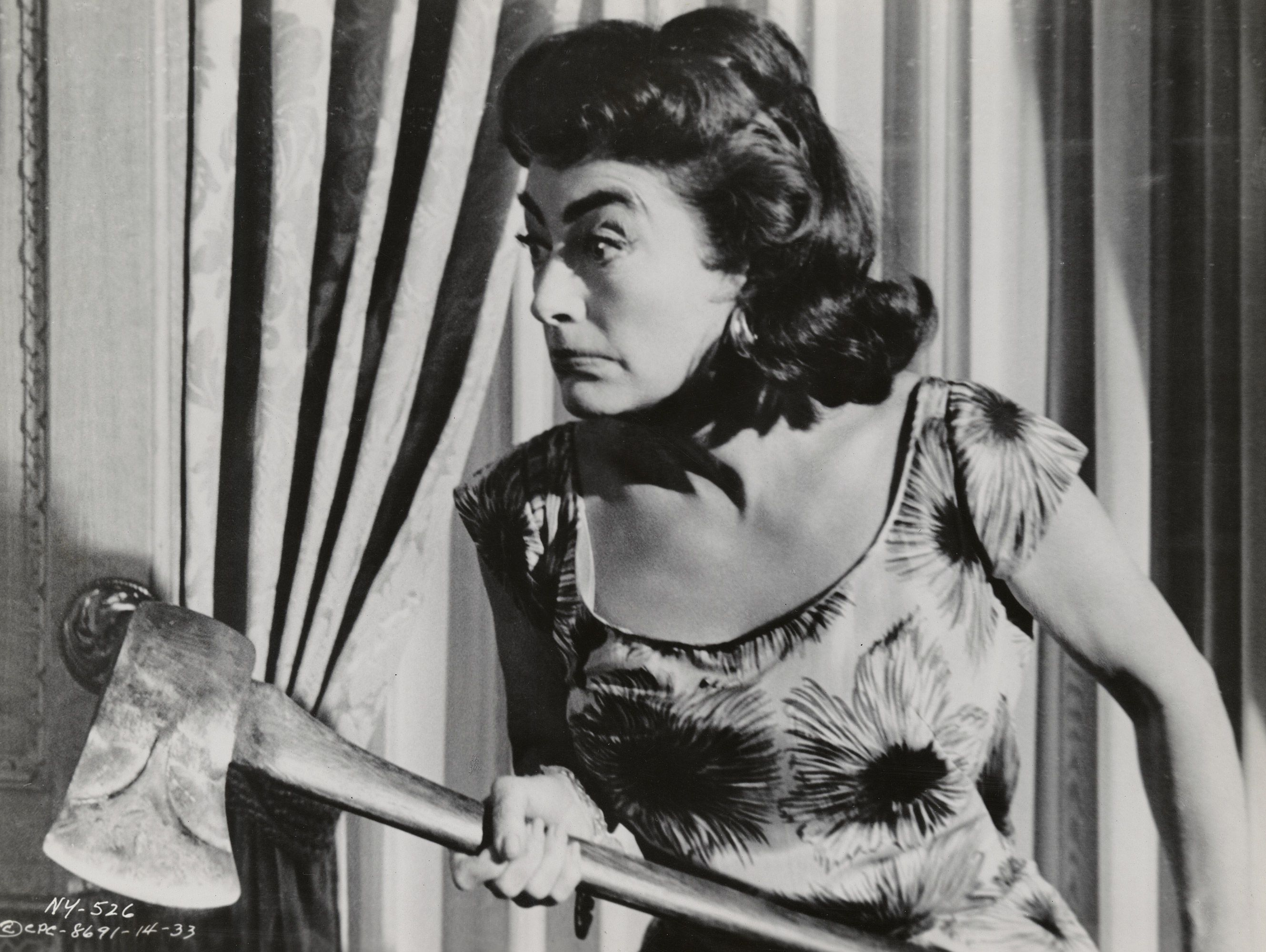 An axe-wielding Joan Crawford in Strait-Jacket (1964)