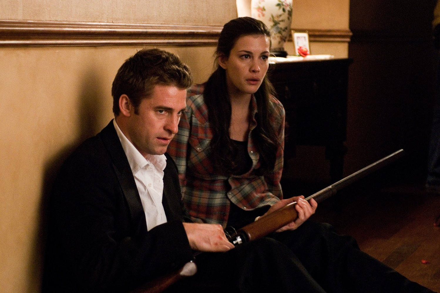 Scott Speedman, Liv Tyler at siege in their own home in The Strangers (2008)