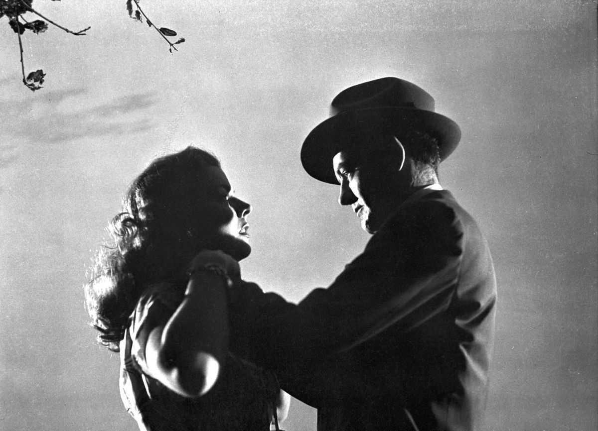 Robert Walker strangles Laura Elliott at the fairground in Strangers on a Train (1951)