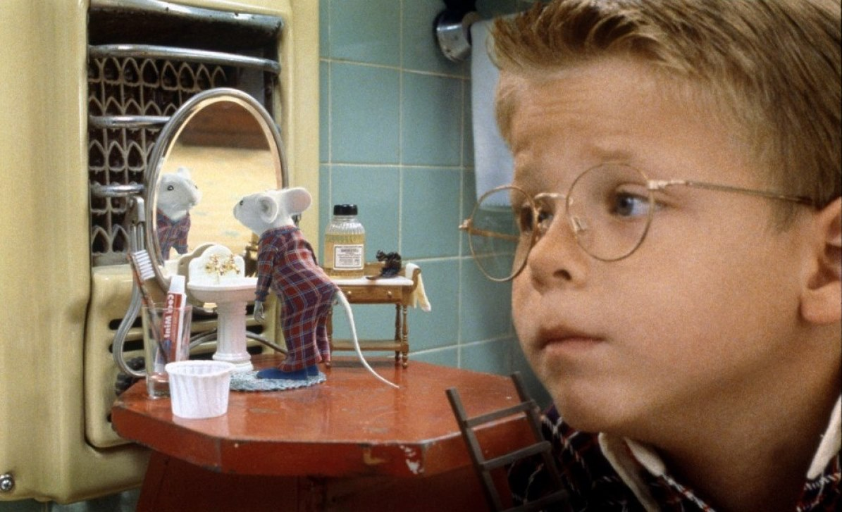 Stuart takes his morning wash while Jonathan Lipnicki looks on in Stuart Little (1999)