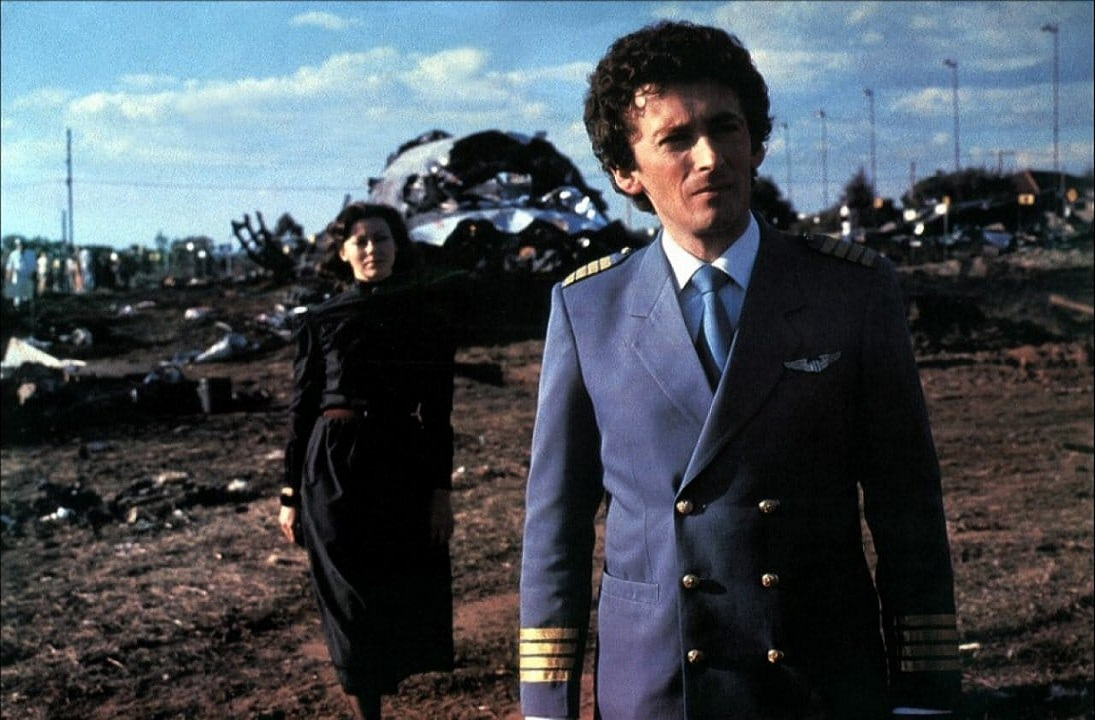 Robert Powell as pilot David Keller, haunted following an airline crash, and psychic Jenny Agutter in The Survivor (1981)