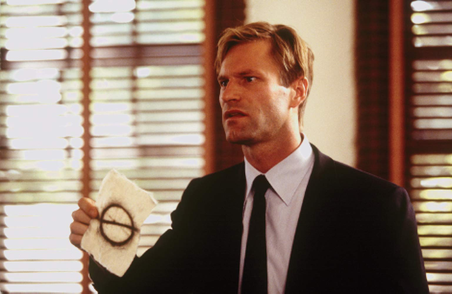 Obsessed FBI agent Aaron Eckhart on the trail of the mystery killer in Suspect Zero (2004)