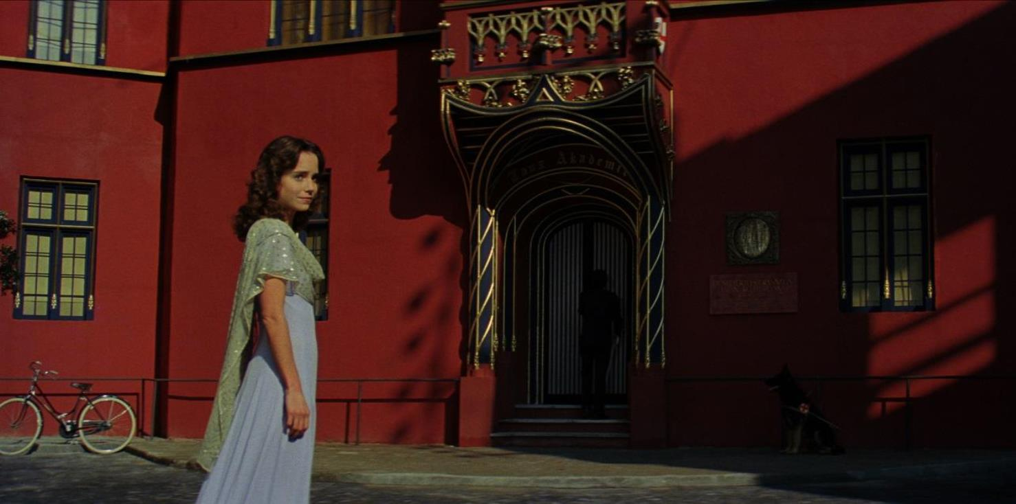 Susy Banyon (Jessica Harper) arrives at the Friberg Dance Academy in Suspiria (1977)