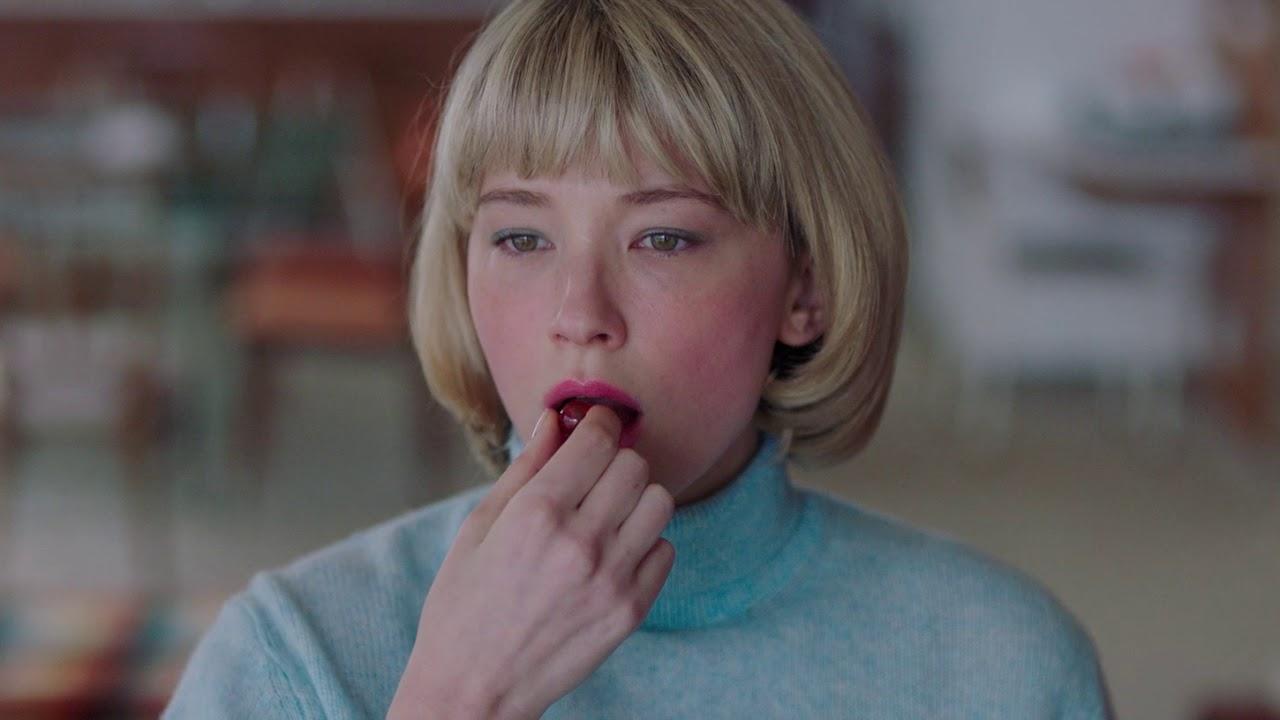 Hunter (Haley Bennett) begins eating objects in Swallow (2019)