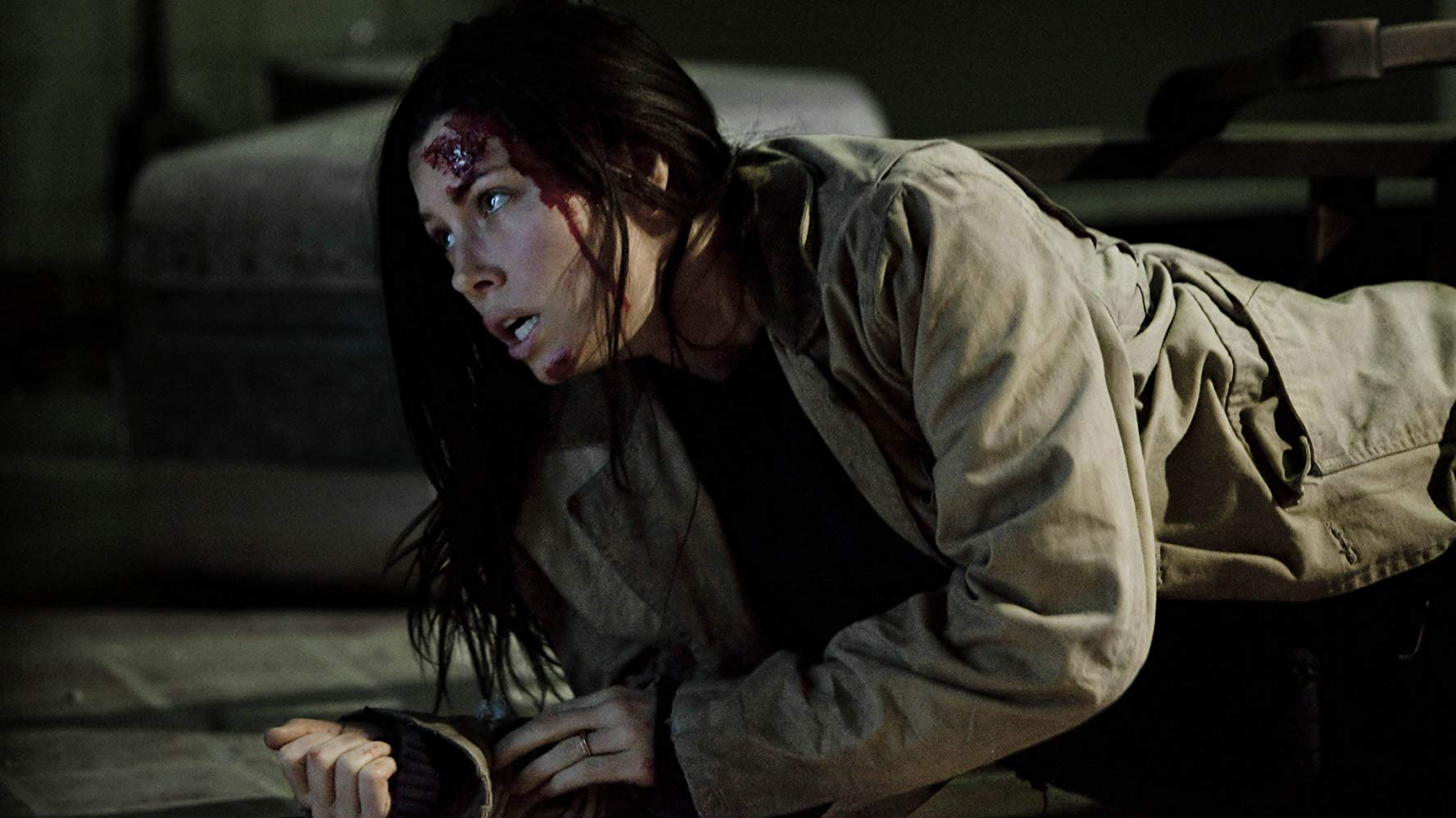 A battered Jessica Biel as a mother dealing with the abduction of her child in The Tall Man (2012)