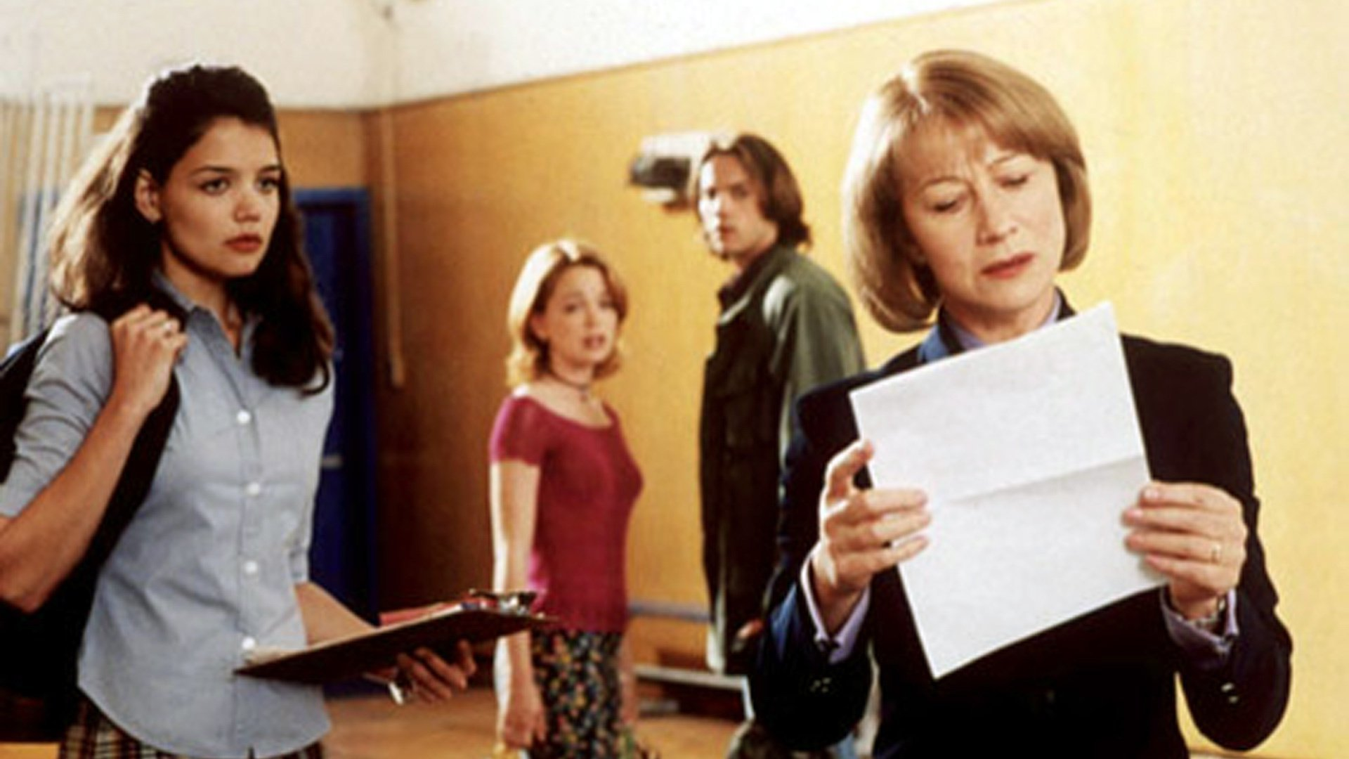Katie Holmes looks on with friends Marissa Coughlan and Barry Watson in the background as Mrs Tingle (Helen Mirren) reads her essay in Teaching Mrs. Tingle (1999)