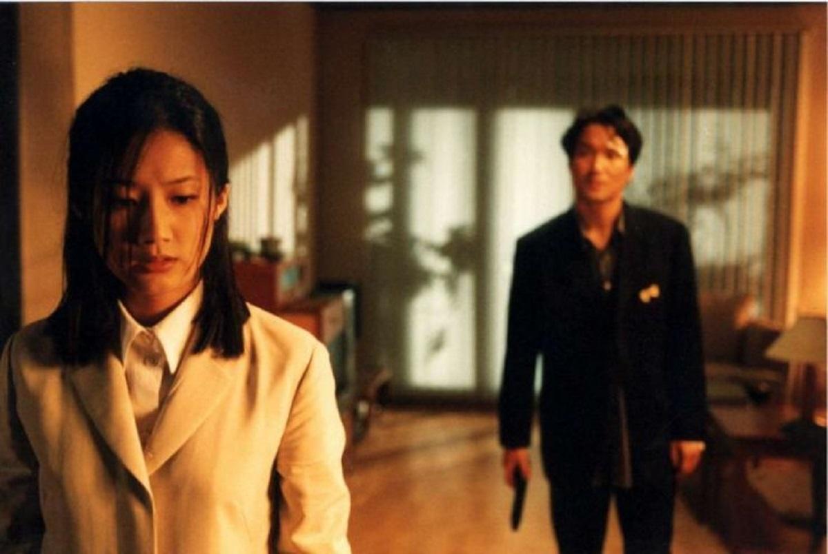 Mystery woman Shim Eun-ha and detective Han Suk-Kyu in Tell Me Something (1999)
