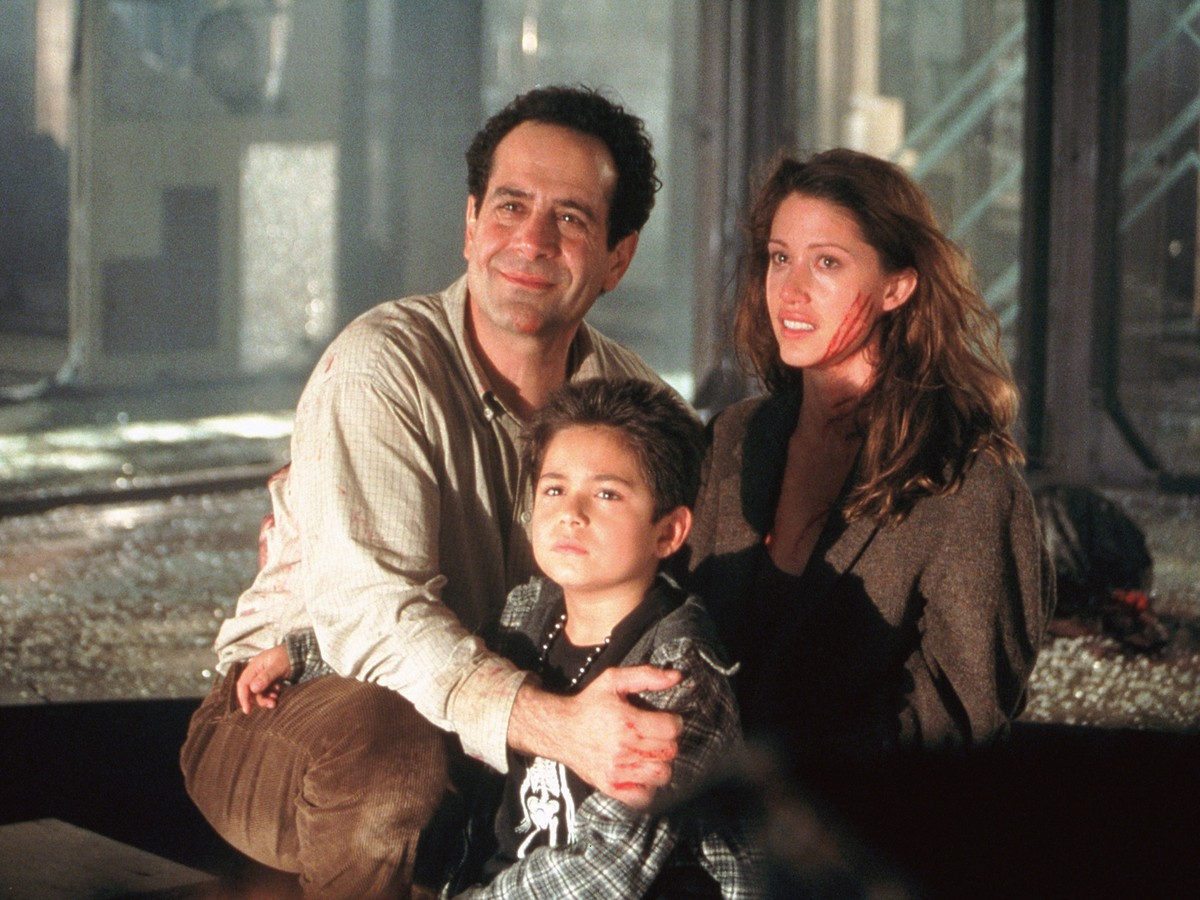 Father Tony Shalhoub and his children Alec Roberts and Shannon Elizabeth in Thir13een Ghosts (2001)