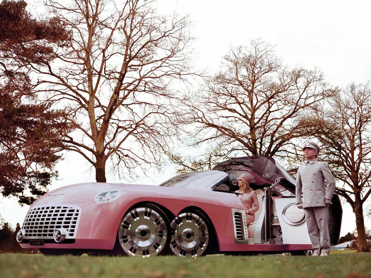 Lady Penelope (Sophia Miles), Parker (Ron Cook) and the pink Thunderbird in Thunderbirds (2004)