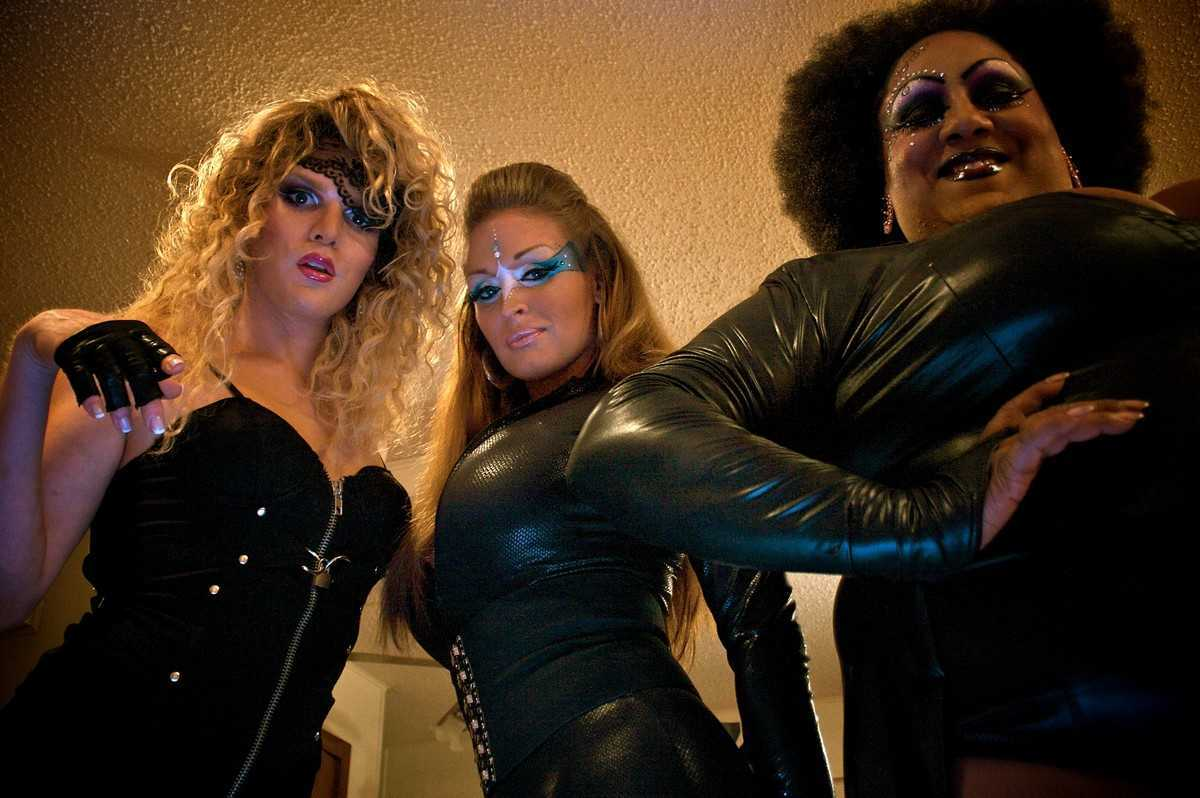 William Belli, Krystal Summers, Kelexis Davenport in Ticked-Off Trannies With Knives (2010)