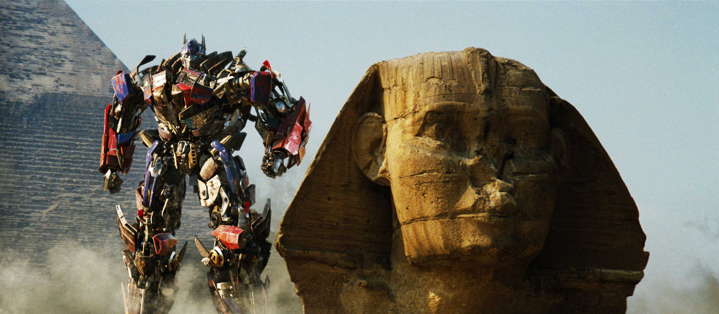 Optimus Prime beside the Sphinx in Transformers: Revenge of the Fallen (2009)