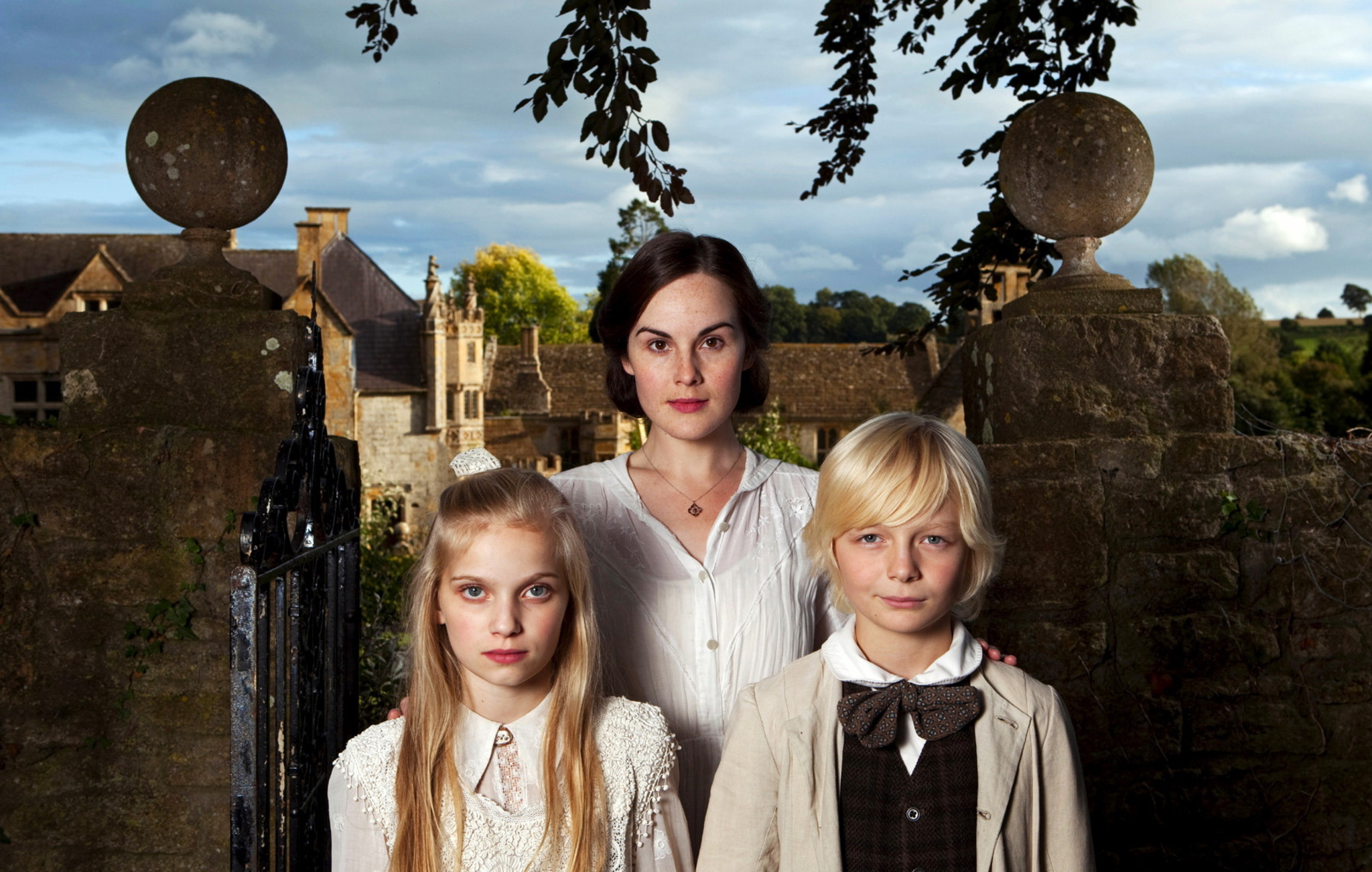 Ann (Michelle Dockery) flanked by the two children Flora (Eve Bayer) and Miles (Josef Lindsay) in The Turn of the Screw (2009)
