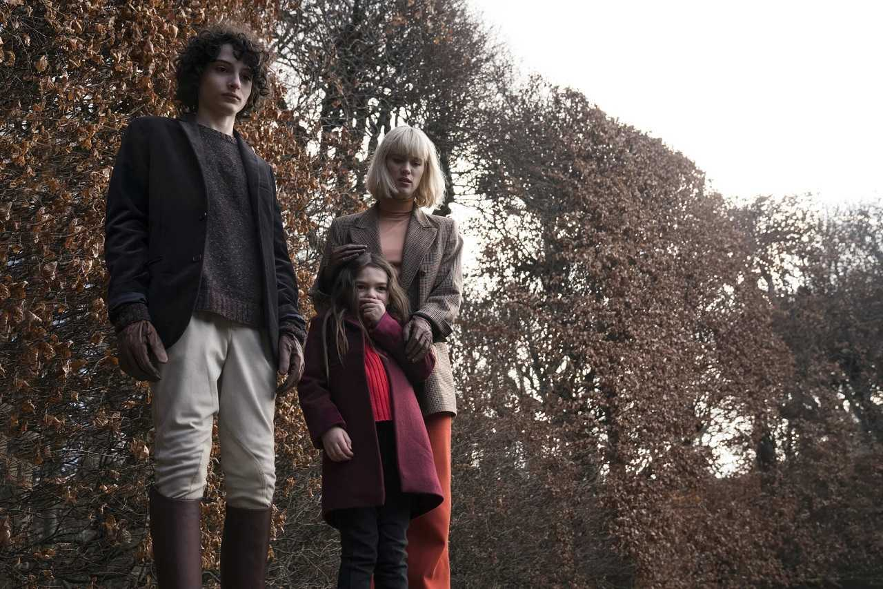 Kate Mandell (Mackenzie Davis) with the children Miles (Finn Wolfhard) and Flora (Brooklynn Prince) in The Turning (2020)