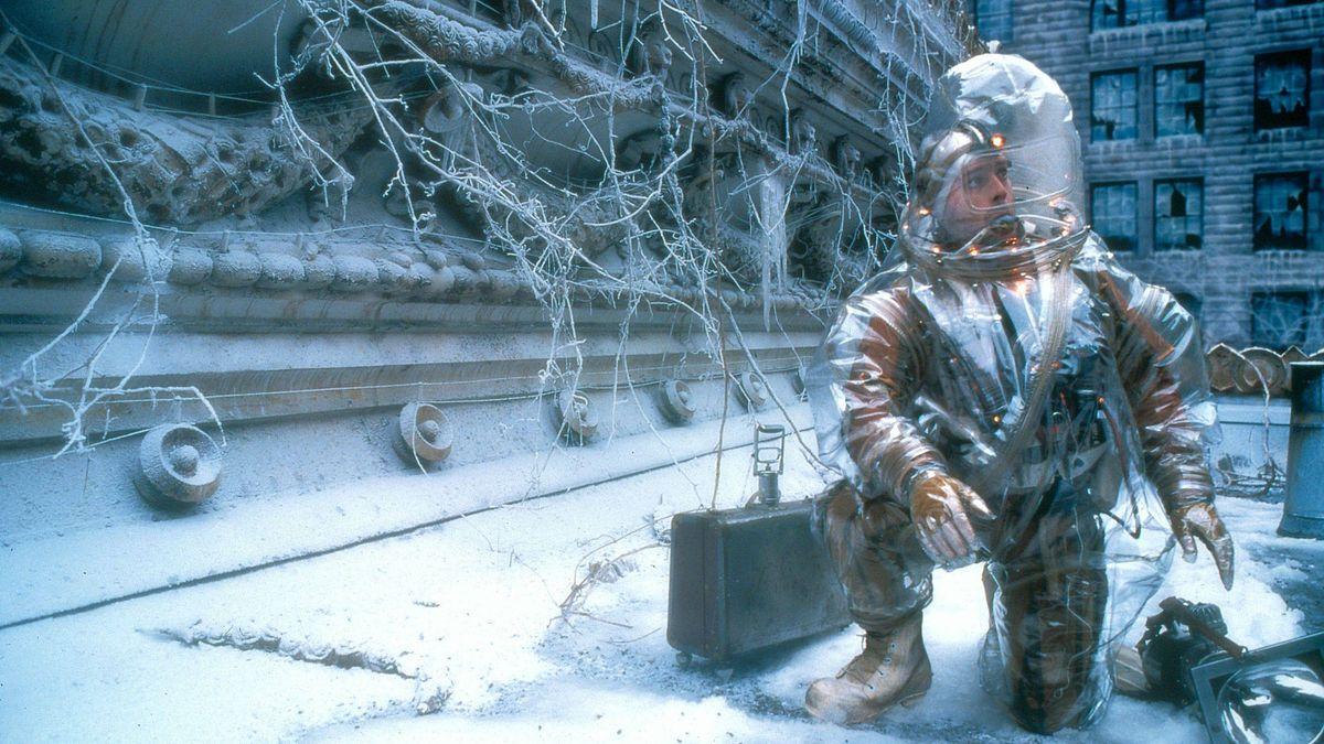 Bruce Willis in the ruins of plague-devastated Baltimore in Twelve Monkeys (1995)