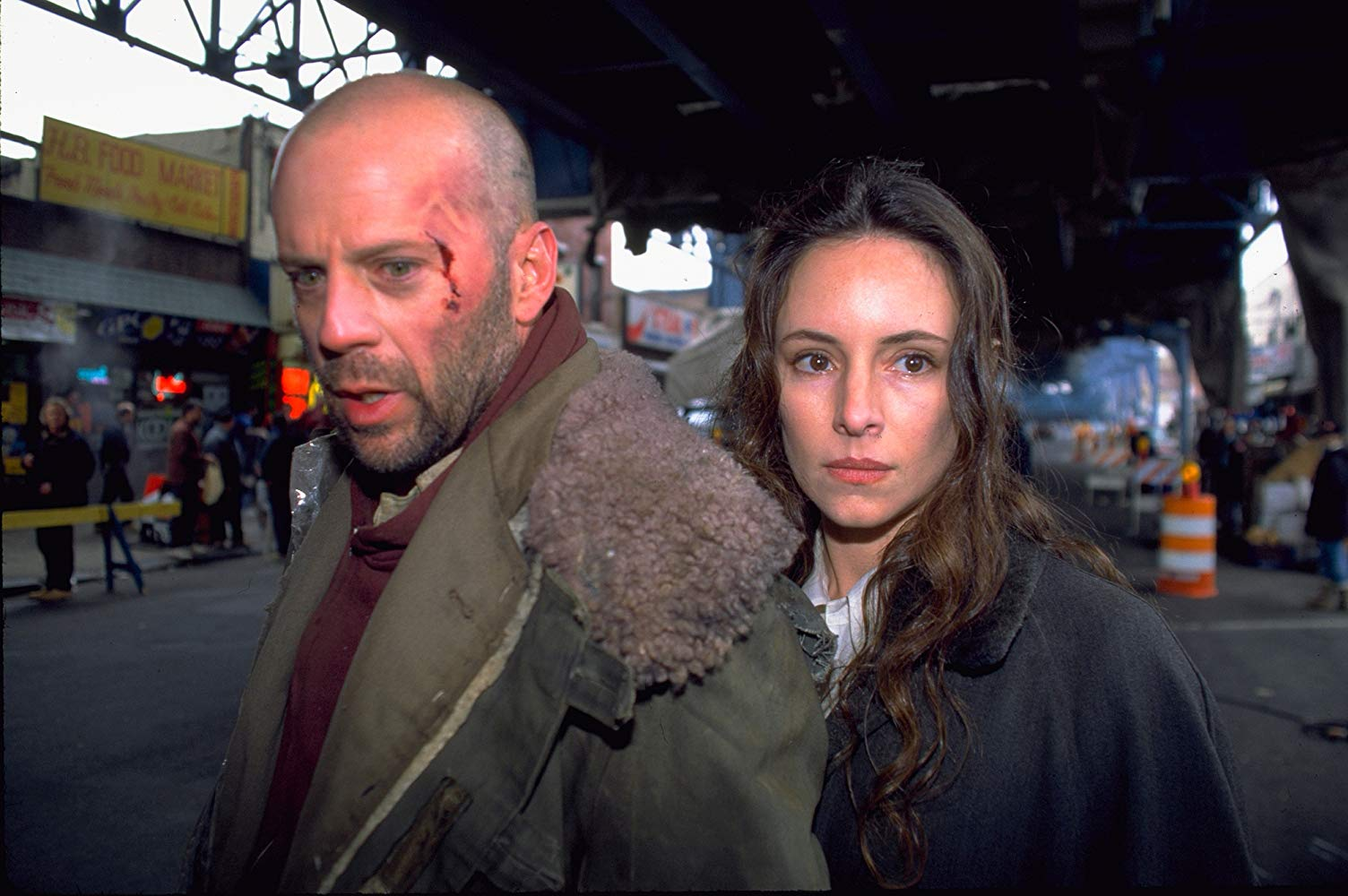 Time traveller James Cole (Bruce Willis) and psychiatrist Kathryn Railly (Madeleine Stowe) in Twelve Monkeys (1995)