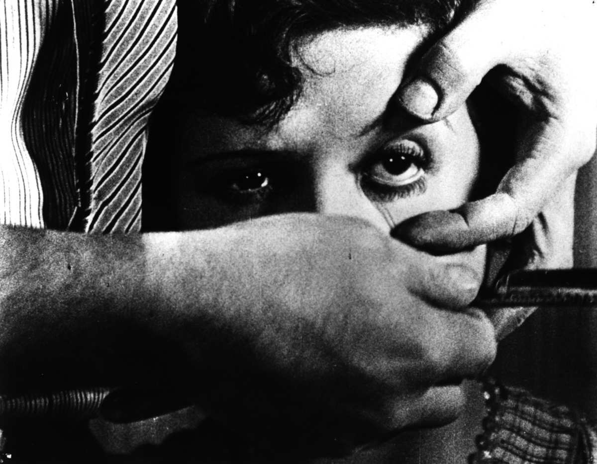 The eyeball slicing scene in Un Chien Andalou (1928)