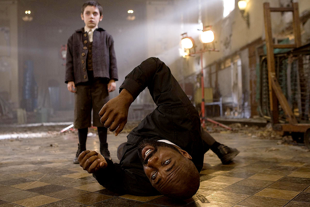 Evil twin Ethan Cutkosky causes Idris Elba to writhe in pain in The Unborn (2009)