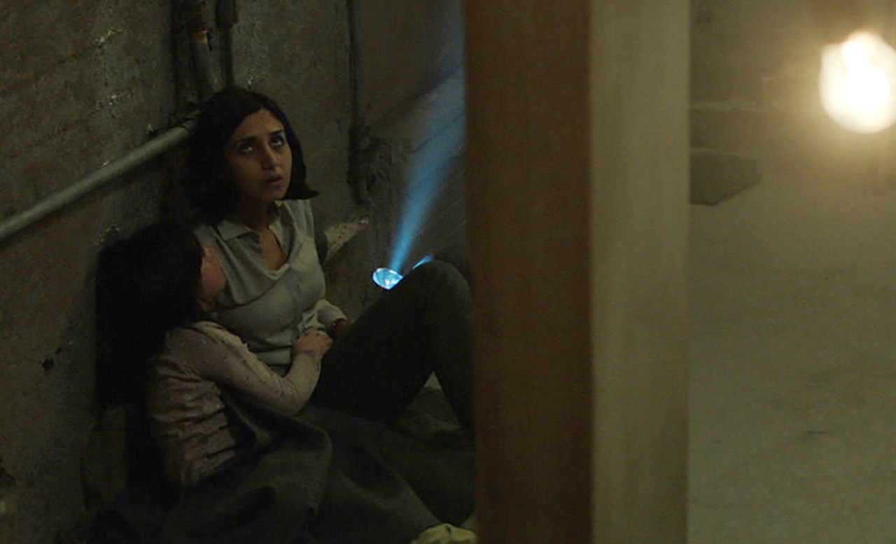 Narges Rashidi hides from possible djinn with daughter Avin Manshadi in Under the Shadow (2016)