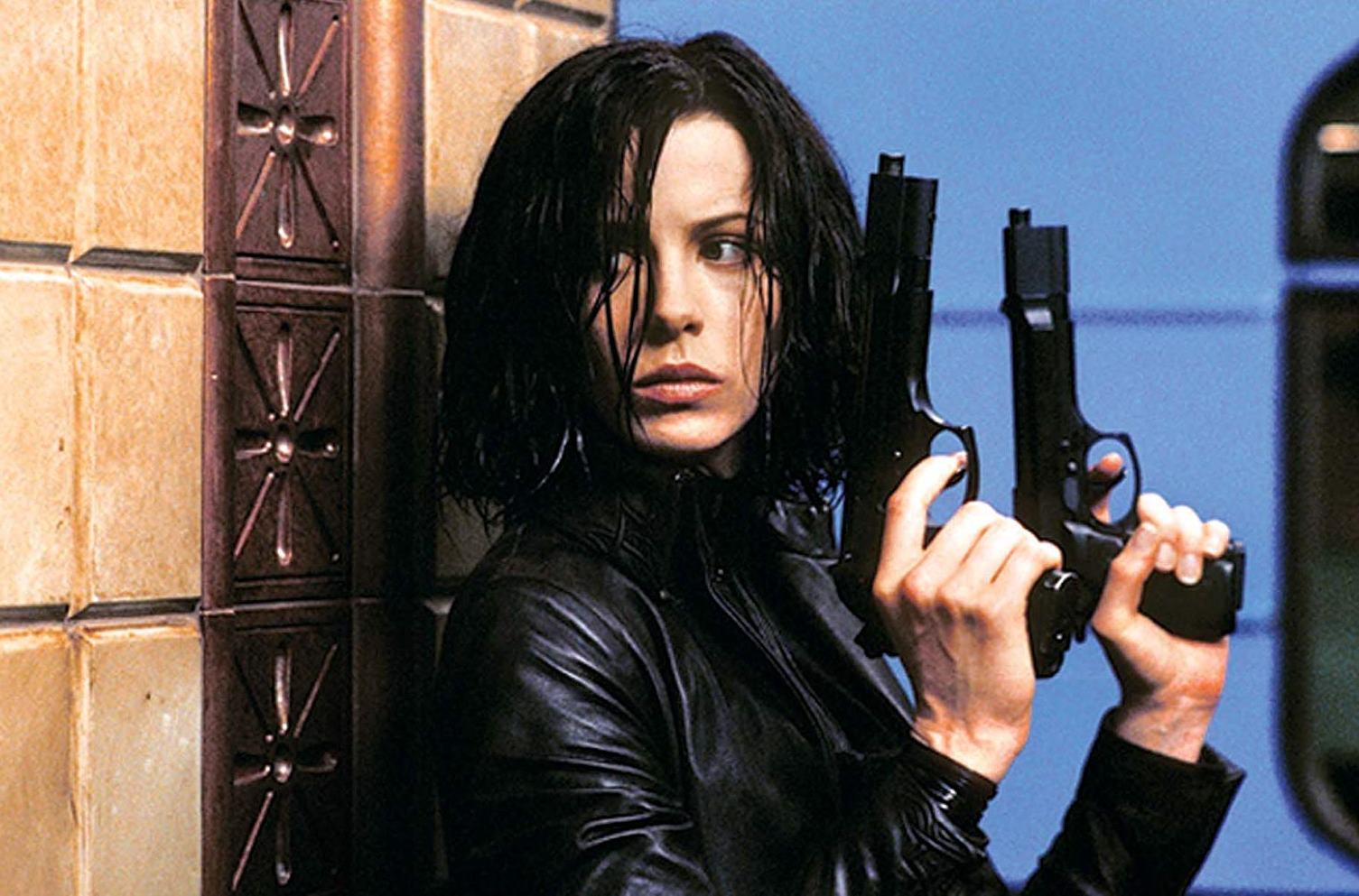 Selene (Kate Beckinsale) ready for action in Underworld (2003)