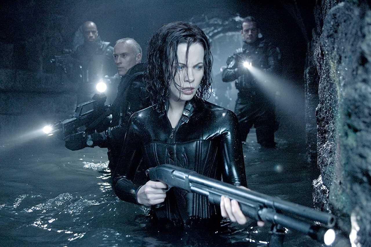 Selene (Kate Beckinsale) goes into action in Underworld Evolution (2006)